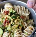Schiscetta – Fusilloni integrali con zucchine, capperi e pinoli